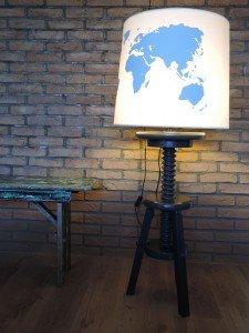 Stoere wereldkaart design lamp op verstelbare poot.