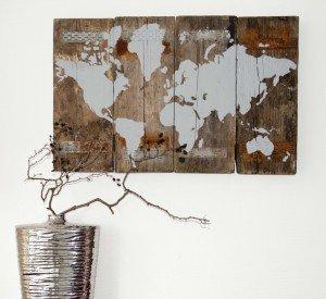 wereldkaart op gebruikt hout